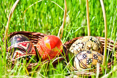 Oeufs de pâques sur l'herbe Photographie stock