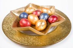 Oeufs de pâques sur la table photographie stock libre de droits