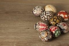 Oeufs de pâques sur le fond en bois Images stock