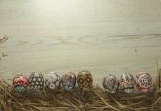 Oeufs de pâques sur le fond en bois Images libres de droits