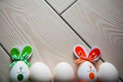 Oeufs de pâques sur le fond en bois Joyeuses Pâques Photo créative avec des oeufs de pâques Oeufs de pâques sur le fond en bois J Image libre de droits