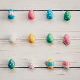 Oeufs de pâques sur le fond en bois Oeufs de pâques colorés en pastel Image libre de droits