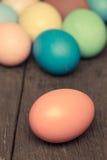 Oeufs de pâques sur le fond en bois, style de vintage Image libre de droits
