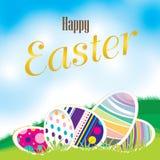 Oeufs de pâques sur le pré et un beau ciel Jour heureux de Pâques Images stock