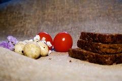 Oeufs de pâques sur un beau fond image stock