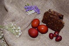 Oeufs de pâques sur un beau fond photos stock