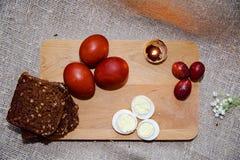 Oeufs de pâques sur un beau fond photo libre de droits