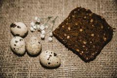 Oeufs de pâques sur un beau fond images libres de droits