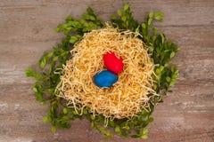 Oeufs de pâques sur un fond en bois dans le nid situé sur le milieu Photographie stock