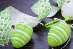 Oeufs de pâques verts colorés en paille Image stock