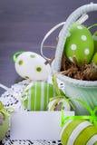 Oeufs de pâques verts colorés en paille Images libres de droits