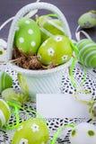 Oeufs de pâques verts colorés en paille Photo libre de droits