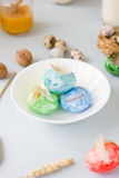 Oeufs de pâques verts, jaunes et bleus sur le tir de cuvette, lumineux et bien aéré en céramique Image libre de droits