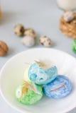 Oeufs de pâques verts, jaunes et bleus sur le tir de cuvette, lumineux et bien aéré en céramique Photo libre de droits
