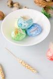 Oeufs de pâques verts, jaunes et bleus sur le tir de cuvette, lumineux et bien aéré en céramique Photos stock