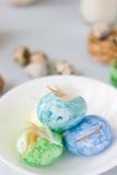Oeufs de pâques verts, jaunes et bleus sur le tir de cuvette, lumineux et bien aéré en céramique Image stock