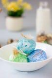 Oeufs de pâques verts, jaunes et bleus sur le tir de cuvette, lumineux et bien aéré en céramique Images libres de droits