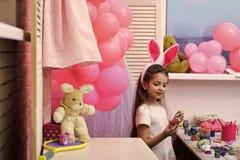 Oeufs de p?ques mignons de peinture de petite fille photos libres de droits