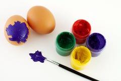 Oeufs de peinture à Pâques Photos stock