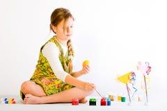 Oeufs de peinture de jeune fille Images libres de droits