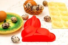 Oeufs de plat et de caille de cuisson de Pâques Mobilophone jaune Photo stock
