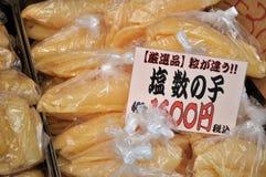 Oeufs de poissons assaisonnés avec du sel Photos libres de droits