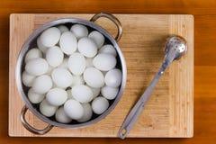 Oeufs de poules blancs bouillis se refroidissant pour la décoration Photo libre de droits