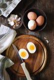 Oeufs de poulet, bouillis et épluchés, deux moitiés avec le jaune Photo stock