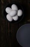 Oeufs de poulet dans le plat Photos stock