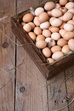 Oeufs de poulet dans un cadre en bois Photos stock