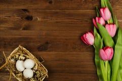 Oeufs de poulet et de caille avec des tulipes le fond a coloré le vecteur rouge de tulipe de format des oeufs de pâques eps8 Photo libre de droits