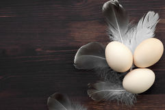 Oeufs de poulet sur une surface en bois brune Photos libres de droits