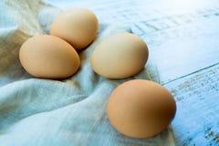 Oeufs de poulet sur une table et une serviette Copiez l'espace photos libres de droits