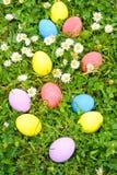 Oeufs de pâques sur la fleur d'herbe Image libre de droits