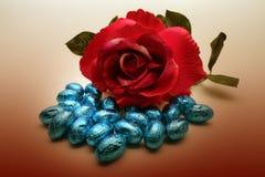Oeufs de rose et de chocolat de rouge Image stock