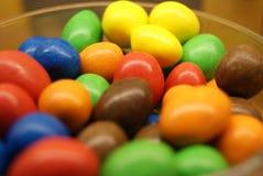 Oeufs de sucrerie colorés dans une cuvette Images libres de droits