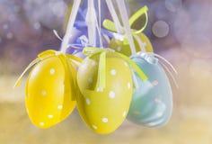 Oeufs de Sunny Easter accrochant sur des rubans Photo libre de droits