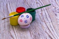 Oeufs de teinture pour Pâques Image stock