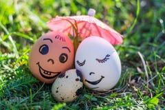 Oeufs drôles imitant les ajouter mélangés de sourire au bébé versicolored Photographie stock libre de droits