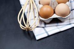Oeufs en boîte en carton, serviette et plan rapproché de favori sur le fond de panneau arrière image libre de droits