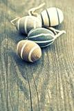 Oeufs en céramique décoratifs sur le fond en bois de cru Photo stock