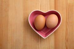 Oeufs en forme de coeur de wiwth de récipient Image stock