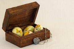 Oeufs et bijou de pâques Image stock