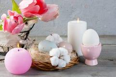 Oeufs et bougies d'arome sur le vieux fond en bois Photo libre de droits