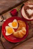 Oeufs et café de croissant de petit déjeuner de jour de valentines Image libre de droits