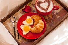 Oeufs et café de croissant de petit déjeuner de jour de valentines Photo libre de droits