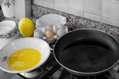 Oeufs et casserole battus photographie stock libre de droits