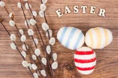 Oeufs et chatons colorés de Pâques en tant que décoration de fête Photo libre de droits
