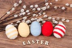 Oeufs et chatons colorés de Pâques en tant que décoration de fête Photo stock