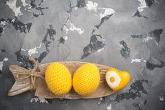 Oeufs et coeur de pâques à crochet jaunes Photo libre de droits